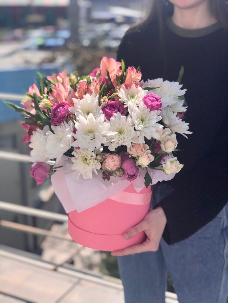 Нежная шляпная коробочка из пионовидных роз, хризантем, альстромерии, зелени