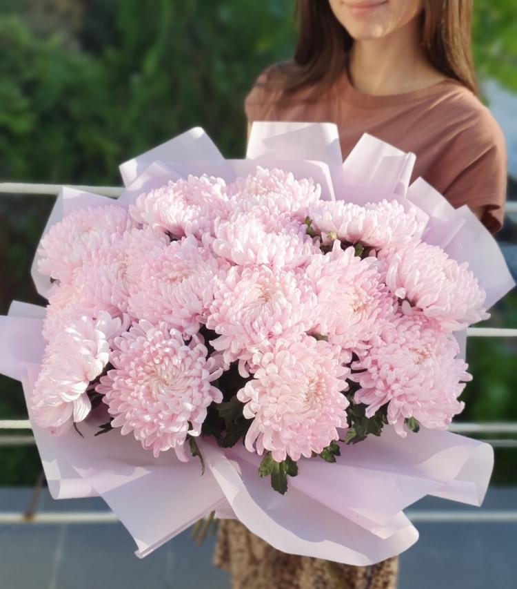 Букет из 15 розовых одноголовых хризантем с оформлением