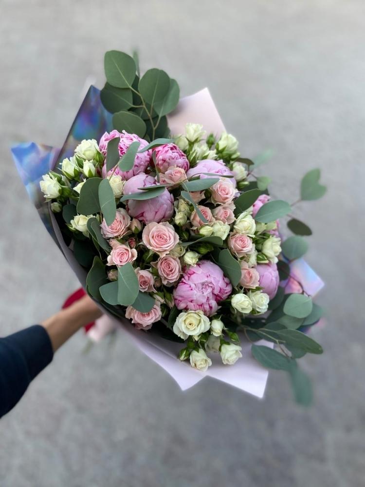 Авторский букет из кустовых роз и пионов
