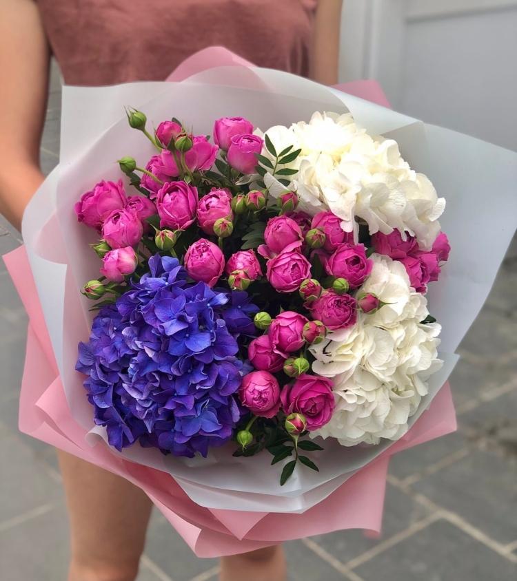 Букет из гортензий и пионовидных роз