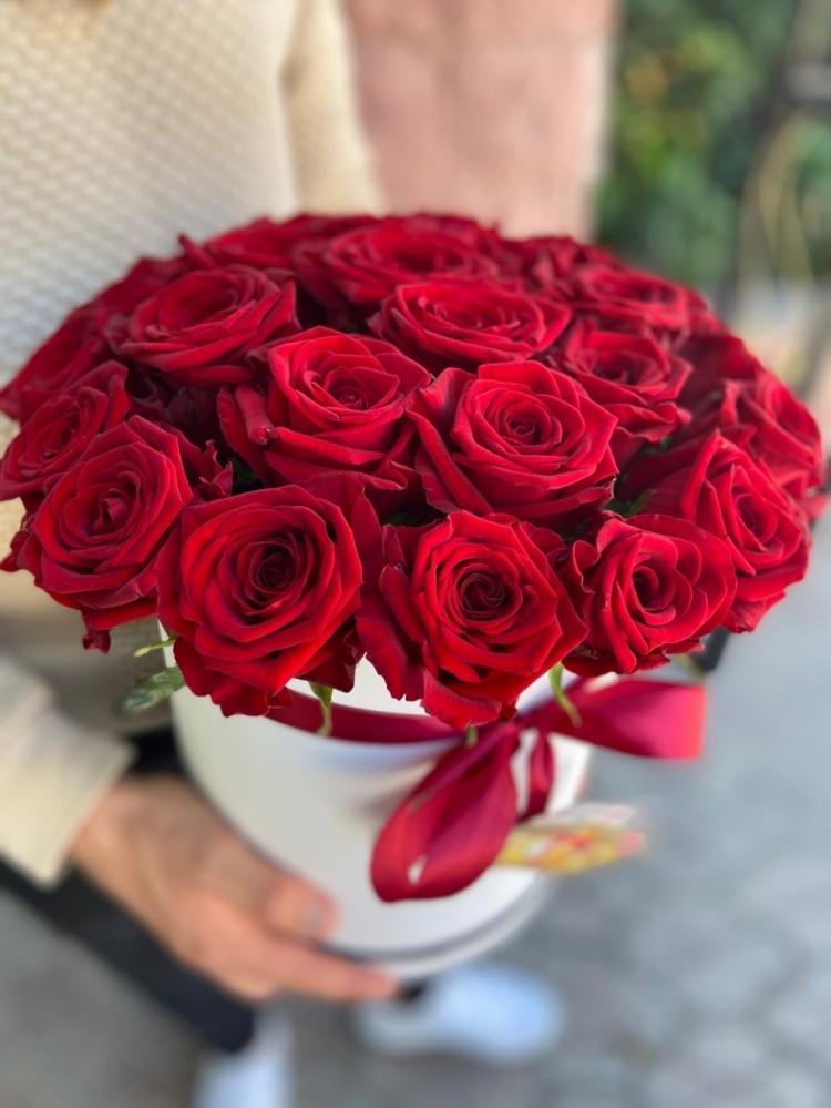 Шляпная коробка из 25 красных роз
