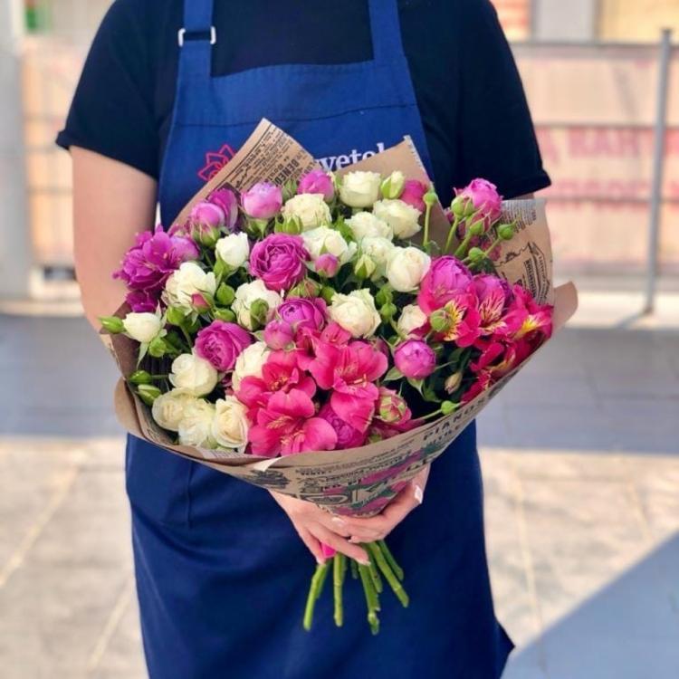 Авторский букет из пионовидных роз, кустовых роз и альстромерии