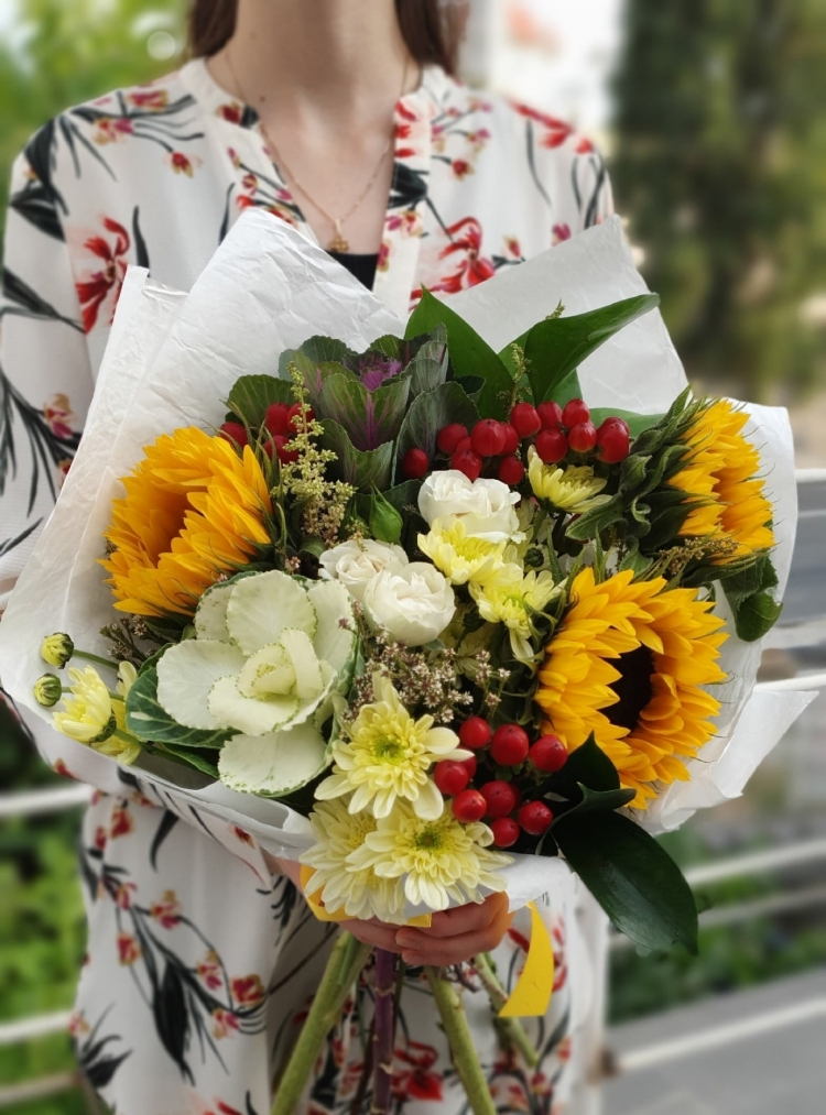 Авторский букет из гелиантуса, гиперикума, брасики, кустовых роз и хризантем