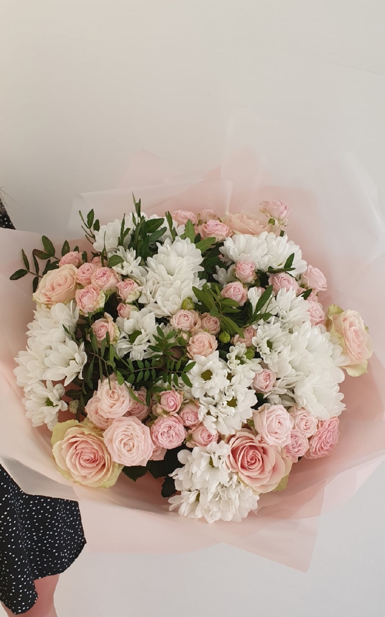 Авторский букет из пионовидных розы, хризантем, одноголовых импортных роз с оформлением