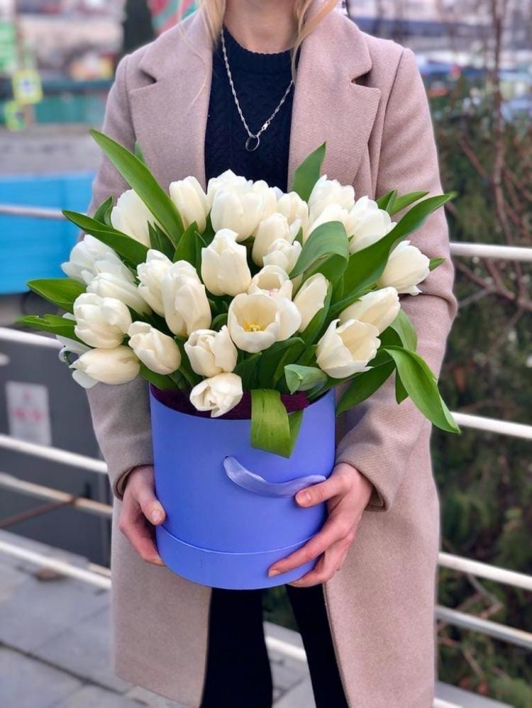 Шляпная коробка из 35 белых тюльпанов