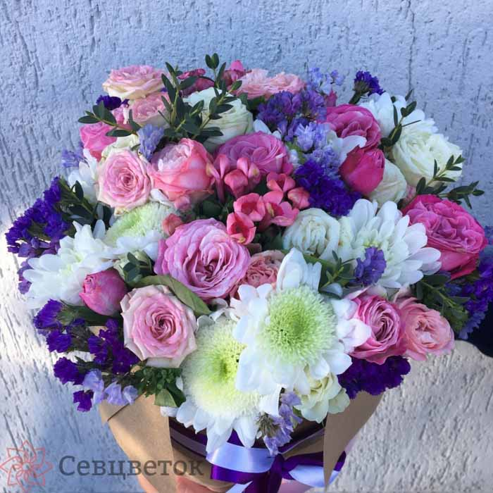 Шляпная коробка из хризантем, пионовидных роз и лимониума