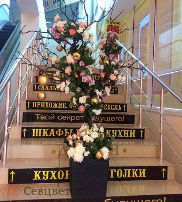 """Декоративное """"Древо изобилия"""" из живых цветов"""