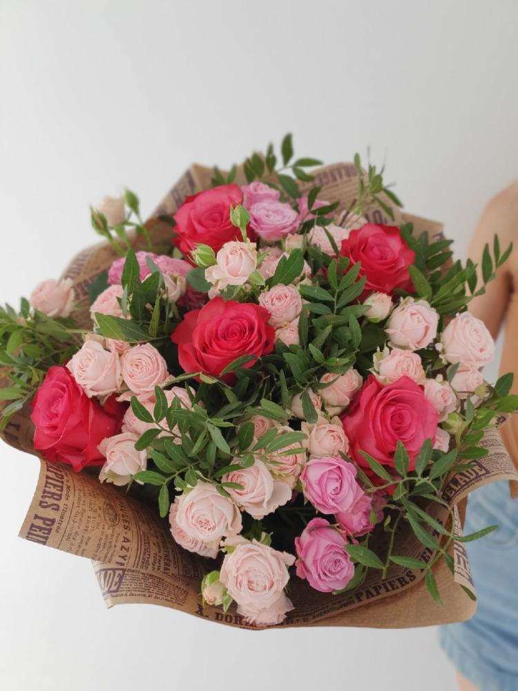Букет из пионовидных роз и роз Эквадор с зеленью