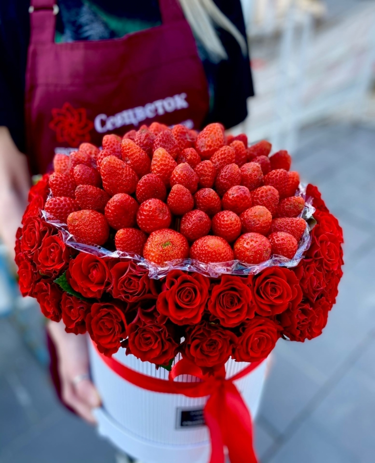 Шляпная коробка из роз и клубники