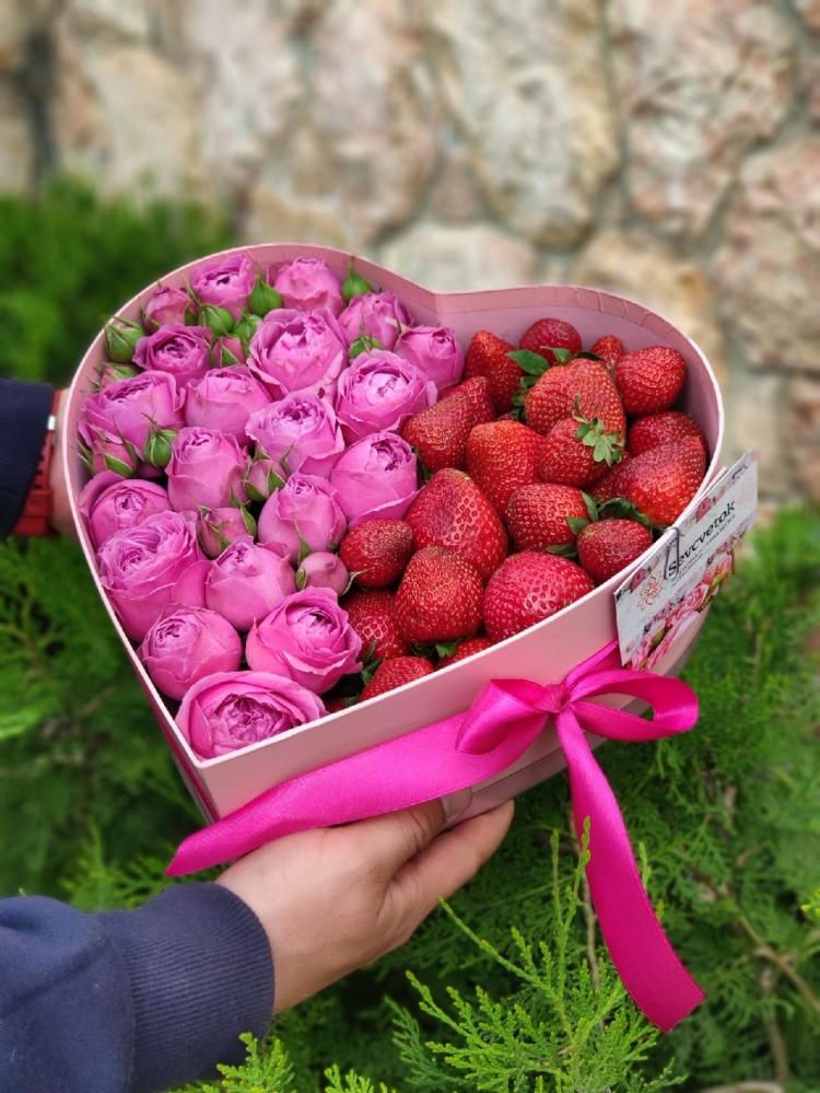 Коробка сердце из кустовых роз и клубники