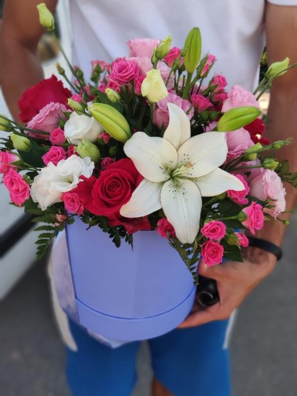 Шляпная коробочка из кустовых розочек, лилий, роз