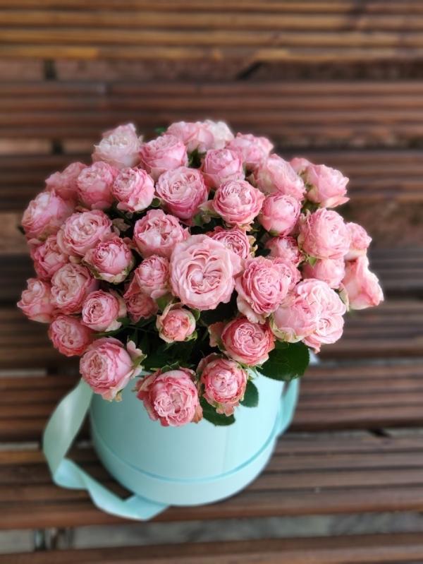 Шляпная коробочка из кустовых пионовидных роз Madam B.