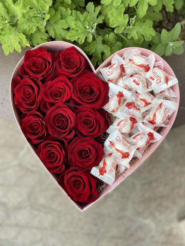 Коробка сердце из роз и конфет Raffaello