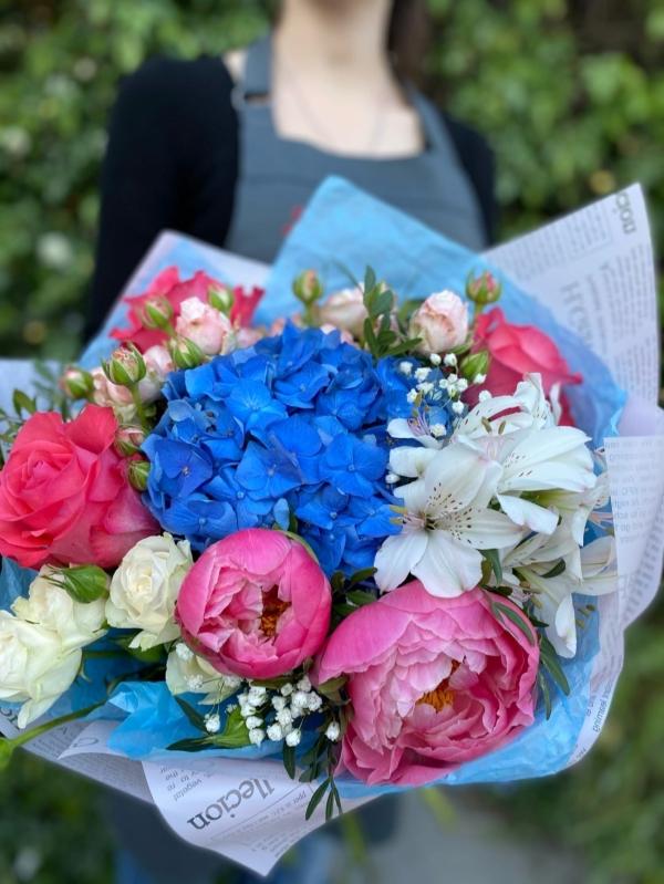 Авторский букет из гортензии, кустовых роз, роз Эквадор, кустовой розы, пионов