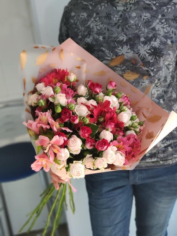Авторский букет из кустовых роз и альстромерий