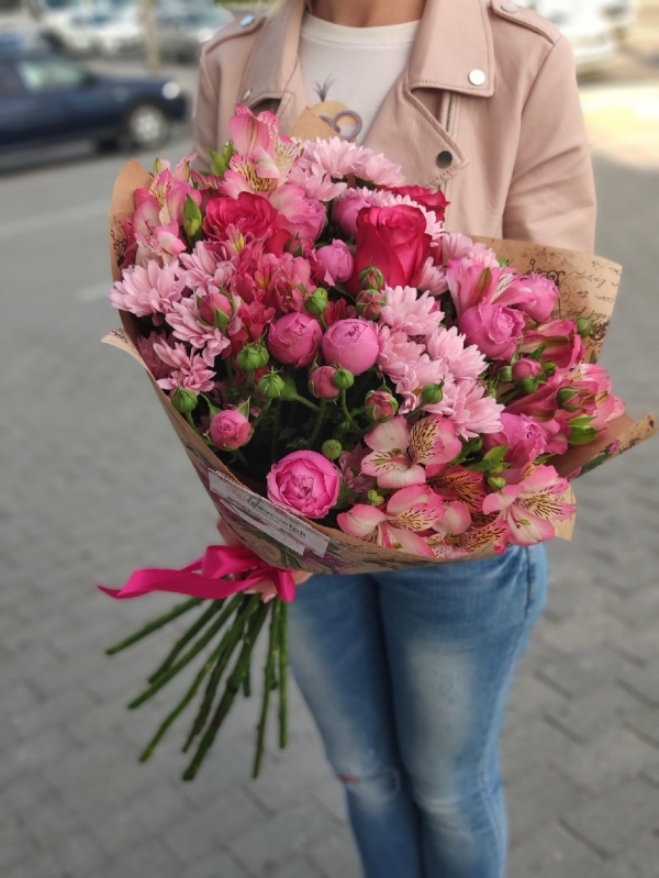 Авторский букет из роз, хризантем, альстромерий и кустовых роз