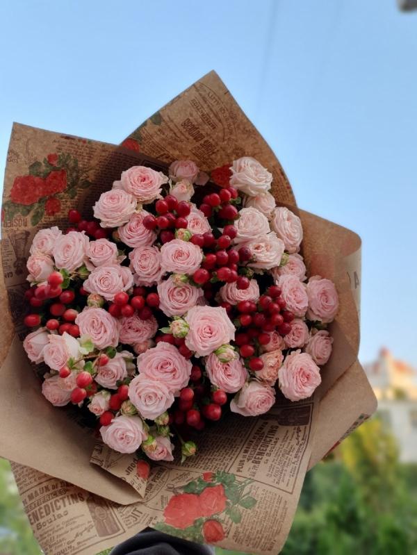 Букет из пионовидных роз Мадам и гиперикума