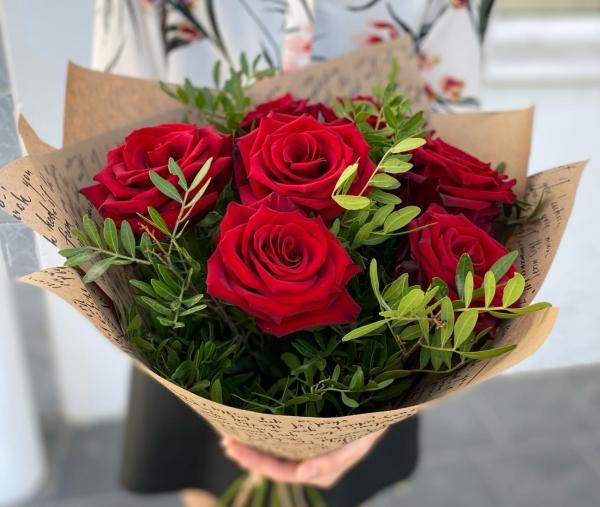 Букет из красных роз Эквадор с фисташкой с оформлением