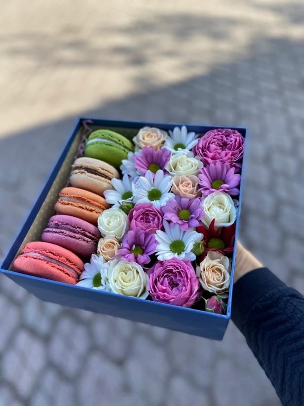 Коробочка из цветов и пирожных Macaron #2