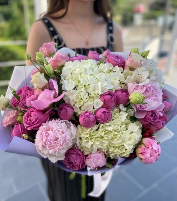Авторский букет из гортензии, пионовидных роз и пионов, эустомы