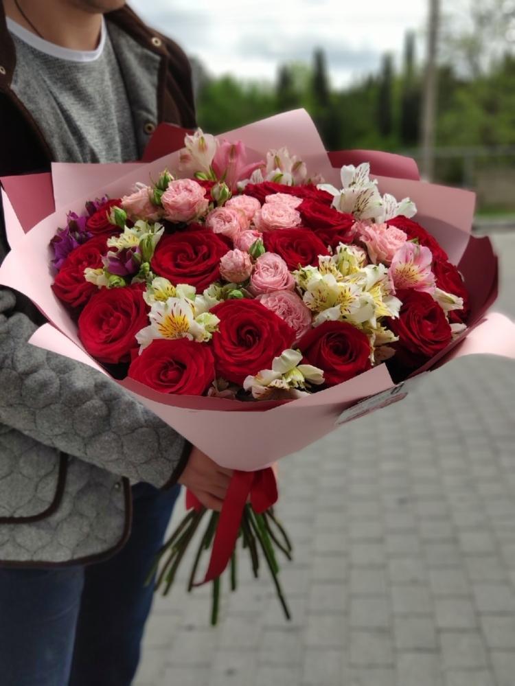 Авторский яркий букет из роз, альстромерий